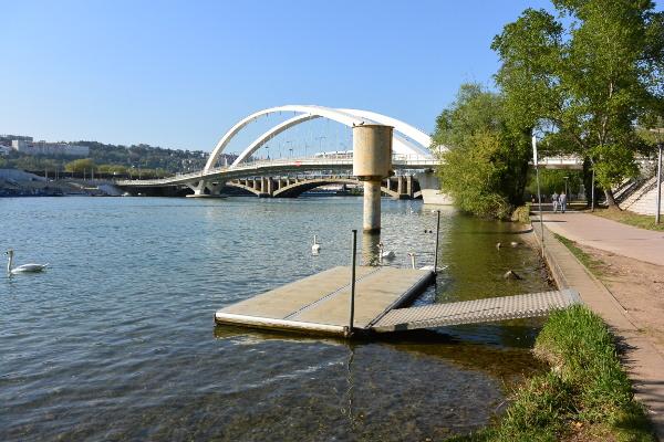 Le débarcadère du club devant le pont Raymond Barre