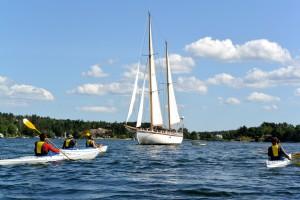 Kayaks et voilier