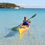 Annick arrive sur la plage de-Rondinara