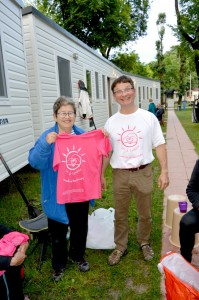 Claire et Eric portant le t-shirt de Liv & Lumière