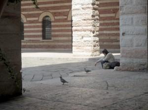La photo de la fille avec les pigeons à Vérone figure évidemment Juliette attristée