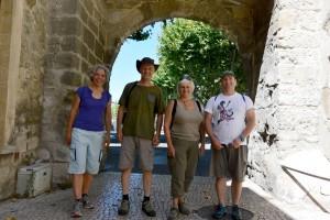 Kathy, Vincent, Annie, Hugo dans la vieille ville de Tarascon