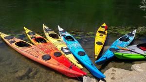 Les kayaks arrimés sur l'ïle Barbe (photo : Juliette)