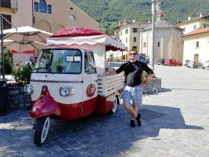 Hugo devant le marchand de 'gelati' à Lenno